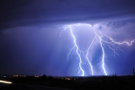 lightning-3020873_640.jpg